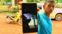 หนุ่มน้อยเสี่ยงตาย ถ่ายคลิปพายุหมุนถล่มหมู่บ้าน