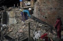 """""""ในหลวง-ราชินี"""" พระราชทานเงิน 10 ล้าน ช่วยเหลือผู้ประสบภัยพิบัติแผ่นดินไหวเนปาล"""