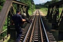 สุดประทับใจ! พนักงานรถไฟยอมจอดรถ เพื่ออุ้มยายข้ามสะพานร้อยศพ หลังยายเป็นลมกลางสะพาน