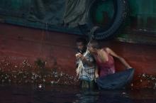 ภาพสุดเศร้า ชาวโรฮีนจา กระโดดลงสู่ทะเล เก็บอาหารที่ไทยส่งช่วยเหลือ