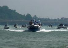 สุดระทึก!! ชาวประมงนำเรือหางยาวปิดล้อมเรือ ผวจ.สงขลา