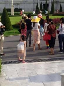 เด็กจีนนั่งฉี่ หน้าพระที่นั่งอนันตสมาคม ชาวเน็ตวิจารณ์เละ