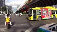 คลิปแฉรถเมล์ ปอ.33 ฝ่าไฟแดงแยกแคราย หวิดเกิดอุบัติเหตุสยอง!!