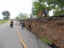 ภัยแล้งสระบุรี น้ำแห้งคลองดินถล่ม ทำให้ถนนทรุดเป็นแนวยาว