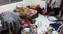 ตร.พังงาพบแม่เฒ่าป่วยอัลไซเมอร์ นอนกอดศพพี่สาวขึ้นอืด 4 วัน