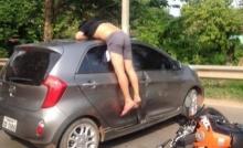 ระทึกเลยไหมล่ะ!!! หนุ่มซิ่งบิ๊กไบก์ชนรถเก๋ง จนตัวเองอยู่ในสภาพนี้!!