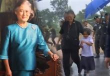 ซึ้ง!!พระเทพฯ ทรงโอบเด็กหญิงเข้าร่มเพื่อหลบฝนด้วย(มีคลิป)
