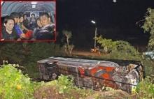 ซื้อม้าขี่ดีมั้ย!! คว่ำอีก รถทัวร์เกาหลีเเหกโค้งถนนลื่น ซัดเสาไฟฟ้าพลิกตกข้างทาง หวิดดับ