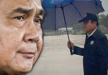 บิ๊กตู่ ผู้ชายกลางสายฝน!! ฝนตก ก็ยังลุยฝ่าไป ลงพื้นที่น้ำท่วม