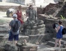 วิจารณ์กระหึ่มอินเตอร์เน็ต-นักท่องเที่ยวสาวต่างชาติถ่ายภาพต่อเศียรพระพุทธรูป