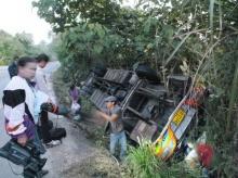 รถบัสนักเรียนทัศนศึกษาพลิกคว่ำถนนบนภูเขาปราจีนฯ ครู-นร. บาดเจ็บอื้อ