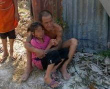 หมดสิ้นทุกอย่าง! พ่อกอดลูกทั้งน้ำตา มองบ้านถูกไฟไหม้ หามาทั้งชีวิตหายไปต่อหน้า!!