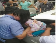 นาทีพ่อแม่ลืมเด็กไว้ในรถ เคราะห์ดีที่มีคนเห็นเลยรอดมาได้