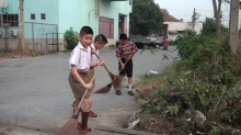 3 นักเรียนชายเก็บขยะ-กวาดถนนทำดีเพื่อในหลวง หลังเลิกเรียนทุกวัน