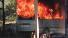เพลิงโหมไหม้รถตู้ในอู่เสียหายทั้งคัน อ.นครไทย จ.พิษณุโลก