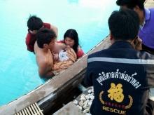 ระทึก!! ทารก 7 เดือน ขาติดท่อดูดสระว่ายน้ำ