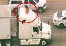 ถึงกับปิดถนน!!เมื่อสาวแก้ผ้าปีนขึ้นไปนั่งบนรถบรรทุก!!