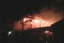 """""""เฒ่าวัย 77""""ทะเลาะเมีย ซดยาฆ่าตัวตายจุดไฟเผาบ้านลามชุมชน!!"""