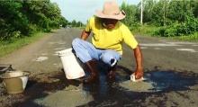 """ภารโรงน้ำใจงาม!!! """"ผู้ชอบใช้เวลาว่างในการซ่อมถนน"""" เผยทำเพื่อสังคมเเล้วมีความสุข!!!"""