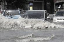 ถนนสามัคคี จ.นนทบุรี น้ำท่วมขังรอการระบาย