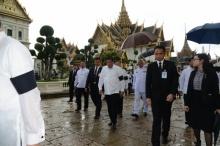 ดูเตอร์เต ประธานาธิบดีฟิลิปปินส์ ฝ่าฝน เพื่อถวายสักการะพระบรมศพ