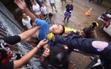 เด็กชาย 11 ขวบพลาด!!! ปีนรั้วบ้านเกิดลื่นเสียหลักเหล็กแหลมเสียบคาง