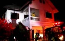 งงกันทั้งบ้าน!! ลุงวัย 65 ป่วยอัมพฤกษ์ ตกใจไฟไหม้บ้าน ลุกวิ่งหน้าตาเฉย!!?