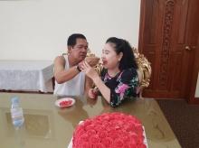 น่ารัก สมเด็จฯฮุนเซน ภรรยา ผลัดกันป้อนเค้กฉลองแต่งงานครบรอบ 42 ปี สุดมุ้งมิ้ง