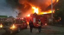 ไฟไหม้โรงงานรับติดตั้งกระจก ย่านพระสมุทรเจดีย์ สูญกว่า 10 ล้านบาท