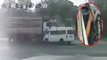 เปิดคลิปนาทีสยอง รถตู้พุ่งชนสิบล้อขณะรอเลี้ยวเข้าปั้ม คนขับดับสลดคาที่