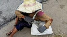 สู้ชีวิต! ยายเฒ่า 88 ปี เดินไม่ได้ ต้องสู้ทนเก็บขยะข้างถนนขายประทังชีวิต