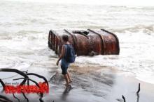 คลื่นซัดเหล็กใหญ่เกยหาดพังงา คาดเป็นถังน้ำมันของเรือที่ล่ม!!