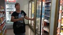ชาวปุทมธานีผวาไม่มีน้ำใช้ แห่ซื้อไปกักตุนเกลี้ยงร้าน!