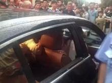 เด็ก 3 ขวบติดอยู่ในรถดิ้นทุรนทุรายด้วยความร้อน แม่ไม่ยอมให้ทุบกระจกช่วยเพราะรถแพง!!