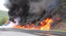 รถพ่วงน้ำมันพลิกคว่ำ ระเบิดไฟท่วมถนน! คลอกคนขับดับ