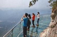 ร้าวซะแล้ว สะพานกระจก สูงพันเมตรของจีน น่าเสียวไส้จริงๆ!!