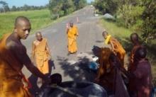 ถนนพระทำ! เจ้าอาวาสสุดทน นำพระลูกวัด ซ่อมถนนเป็นหลุมบ่อ ให้ชาวบ้านเดินทางได้สะดวก