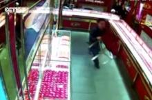 โจรไก่อ่อน!!ปล้นร้านเพชรอย่างเก๋า เจ้าของร้านทำแบบนี้ใส่ถึงกับเงิบ!!(มีคลิป)