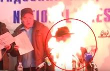 ระทึกโคตร!!! ผู้นำม็อบแรงงานจุดไฟเผาตัวเองต่อหน้าสื่อฯ(มีคลิป)