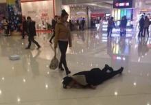 ทำขนาดนี้เชียว!!หนุ่มนอนกลิ้งกับพื้นห้างง้อแฟนสาว!!