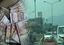 แบงค์พันปลิวว่อนกลางถนนทำจราจรติดหนัก เจ้าของเงินวอนขอคืน!!