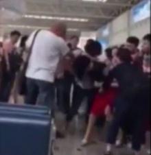 ดราม่าชีวิตจริง เมียหลวงเปิดศึกวิวาทกลางสนามบิน จับติดผัวพาเมียน้อยไปเที่ยว