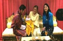 สมเด็จพระเทพฯทรงอุ้มพระราชโอรสเจ้าชายน้อยแห่งราชวงศ์ภูฏาน ในสมเด็จพระราชาธิบดีจิกมีฯ