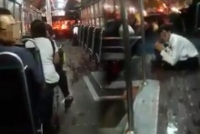 วัยรุ่นปาหินใส่รถเมล์กลางแยกรัชดา-ลาดพร้าว สุดระทึก