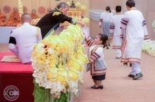 สมเด็จพระเจ้าอยู่หัว ทรงเอื้อมพระหัตถ์ พระราชทานปริญญาบัตรให้บัณฑิตสาวร่างเล็ก