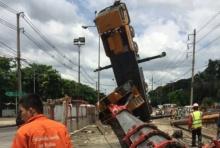 ระทึกอีก! เครนก่อสร้างรถไฟฟ้าบนถนนพหลโยธินล้ม