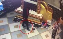 รวบ!!! หนุ่มขโมยรองเท้า นักท่องเที่ยวบนวัดดอยสุเทพ (มีคลิป)