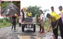 ของบไปไม่คืบ!! นักเรียนและชาวบ้าน ลงมือซ่อมถนนเอง หวั่นเกิดอันตรายขณะสัญจร!