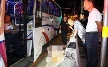 ระทึก!! รถทัวร์เบรกแตก!! พุ่งชนเก๋ง-แท็กซี่-จยย. เละกลางแยก ศพแน่นิ่งใต้ท้องรถ สาหัสอื้อ!