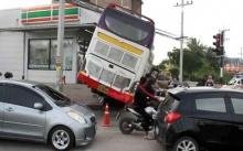 ระทึก!! รถบัสเบรกแตก! คนขับตัดสินใจหักหลบรถติดไฟแดง พุ่งชนร้านสะดวกซื้อพังยับ!